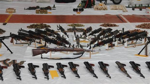 Darbe girişiminde ele geçirilen silahlar sergileniyor