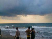 Plajda panik! Görenler hemen denizden çıkıp kıyafetlerini giydi