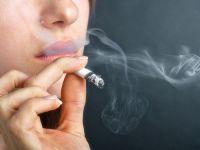 Sigara içen kadınlara kötü haber! Giriş yaşını etkiliyor