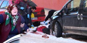 5 çocuk annesini sokak ortasında katlettiler