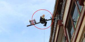 Evine vinçle giriyordu, ekipleri görünce soluğu çatıda aldı!