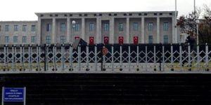 Önce tel örgü sonra bariyerler! Mecliste güvenlik had safhada