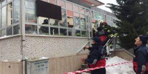 Konya'da cami girişindeki çatı çöktü!