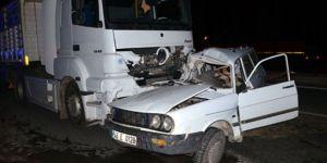 Otomobille kamyon çarpıştı 1 ölü 2 yaralı