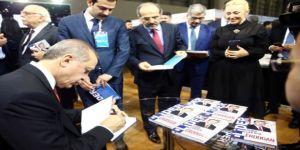 """Cumhurbaşkanı Erdoğan Kitap Fuarında """"Lider Erdoğan"""" kitabını imzaladı"""