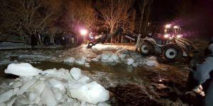 Buz kaplı dereye düşen çocuk hayatını kaybetti