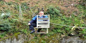 Arılarından ayrı kalmak istemeyince kendisine özel sistem kurdu