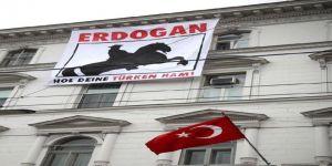 Türkiye'nin Viyana Büyükelçiliğine Pankartlı Saldırı!