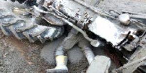 Çimento yüklü traktör üstüne devrildi, feci şekilde can verdi
