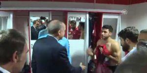 Erdoğan'ı görünce eli ayağı birbirine dolaştı, sosyal medya yıkıldı