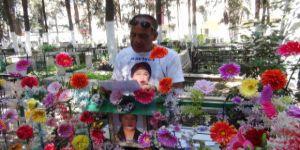 Bitmeyen aşk! Eşinin mezarını çiçek bahçesine çevirdi