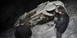 Kar yağışı ve sis etkisini arttırınca köy minibüsü uçuruma yuvarlandı