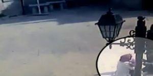Kucağında çocukla uyuşturucu satarken yakalandı