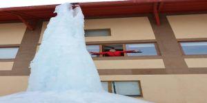 Çatıdan damlayan su buz dağı oluşturdu