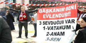 Pankart açan Rizeli, Erdoğan'dan kendisini evlendirmesini istedi
