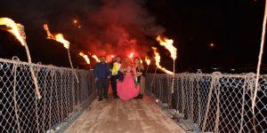 Gelin ve damat meşaleler eşliğinde asma köprüden geçti