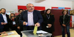 Başbakan Yardımcısı Türkeş oyunu kullandı
