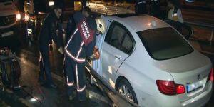 E-5 Karayolu'nda lüks araç bariyere saplandı: 1 yaralı