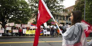 Bayrağı kapan Türkler soluğu elçilik önünde aldı