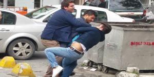 Sokak ortasında tekme ve tokatlı kavga