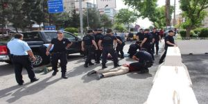 Valilik Önünde Bıçaklı Kavga: 7 Gözaltı