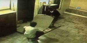 Cami Avlusundaki Halıyı Çalan Hırsızlar Kamerada