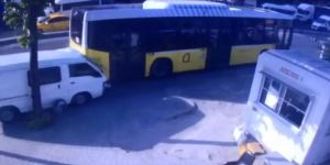 Kontrolden Çıkan Araç İett Otobüsüne Çarptı