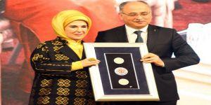 """Emine Erdoğan'a """"Yılın Kişisi"""" Ödülü"""