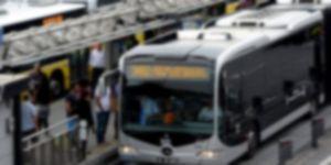 Metrobüs bariyerlere çarptı: Yaralılar var
