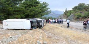 Antalya'da Servis Minibüsü Devrildi: 5 Yaralı