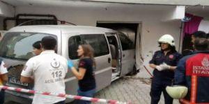 Minibüs Eve Daldı: Yaralılar Var