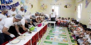 Babalar çocukları için pasta yaptı