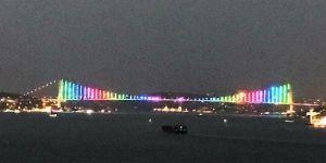 15 Temmuz Şehitler Köprüsü LGBT'li renklere büründü,tepkiler bitmiyor