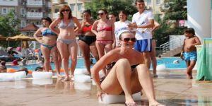 Antalya'da tatilcilerin buz yarışı