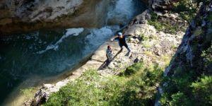 Kanyonda mahsur kalan 3 kişi, helikopterle kurtarıldı