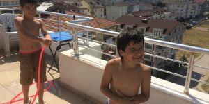 Sıcaklık 35 Dereceye Yükselince Çareyi Terasta Hortumla Su Sıkarak Serinlemekte Buldular