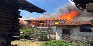 Bir Evde Çıkan Yangın 30 Haneyi Yok Etti
