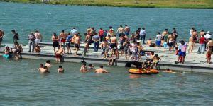 Sıcaktan Bunalan Vatandaşlar Çıldır Gölü'ne Akın Etti