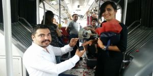Metrobüste Sürpriz Evlenme Teklifi