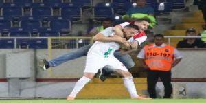 Maçta İlginç An: Taraftar Futbolcunun Üzerine Atladı