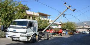 Kamyon Elektrik Direğini Yıktı: Sanayi Sitesi Elektriksiz Kaldı