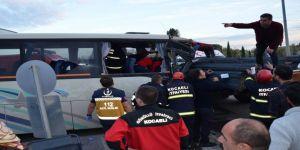 Servis Minibüsü Demir Yüklü Tıra Çarptı: 14 Yaralı