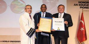 Bau'dan Güney Afrikalı Eğitim Liderine Fahri Doktora