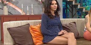 Hande Ataizi, yeni programına süper mini eteğiyle başladı