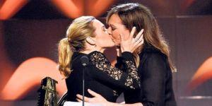 Ödül töreninde dudak dudağa öpüştüler