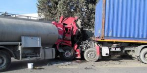Tır ile tanker kafa kafaya çarpıştı: 2 yaralı