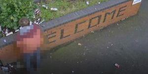 Hint bakan sokağa idrarını yaptı