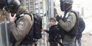 İsrail askerleri Filistinli çocuğu gözaltına aldı