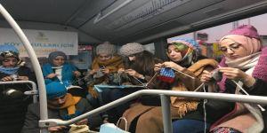 Metrobüste 3 saat boyunca örgü ördüler