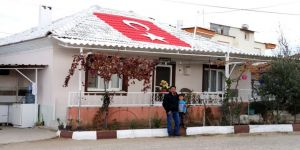 Bayrak sevgisini evinin çatısına işledi